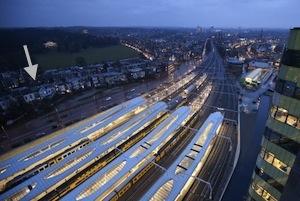 Foto van NS station Arnhem met daarop de praktijk zichtbaar